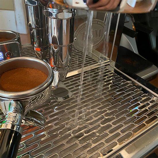 De espressomachine flushen we kort, net voordat we de espresso gaan zetten