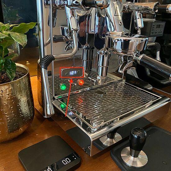 Voorverwarmen van de ECM Technika V Profi PID espressomachine tot de juiste temperatuur